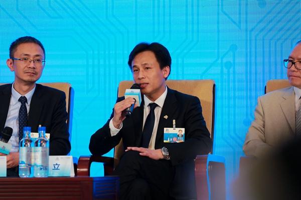 网龙CEO熊立在高峰对话环节发言