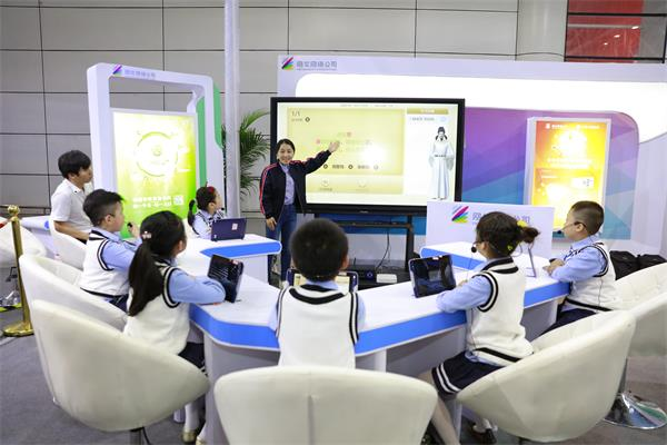 老师借助101教育ppt-ai助教为学生上课
