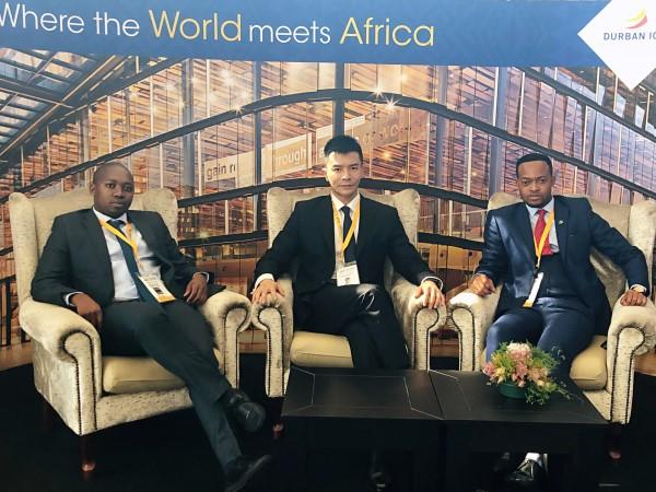 网龙副总裁莫俊琦在南非参加金砖活动期间与嘉宾交流