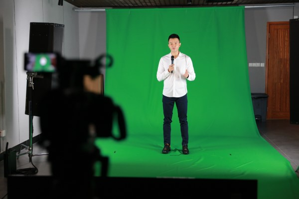 网龙副总裁莫俊琦在活动现场运用公司全息影像技术进行实时拍摄