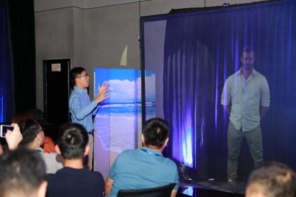 大丰收手机版登录旗下ARHT Asia总经理Lincoln Cheung使用全息影像技术,将远在洛杉矶ARHT总部的同事投影到现场与专题营学员互动交流