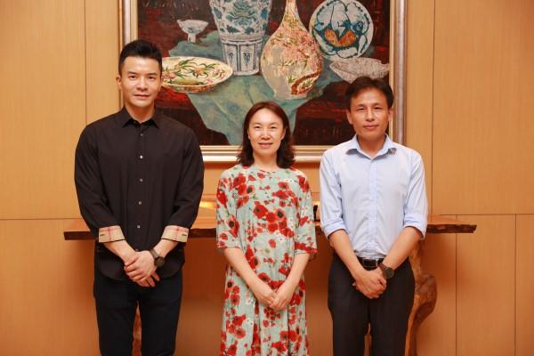 大丰收手机版登录CEO熊立(右)、大丰收手机版登录副总裁莫俊琦(左)与好未来党委书记、智慧教育总裁于莉合影
