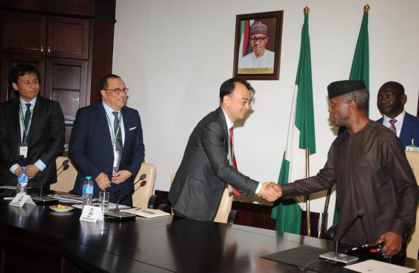 尼日利亚副总统耶米·奥辛巴乔与网龙创始人兼董事会主席刘德建亲切握手