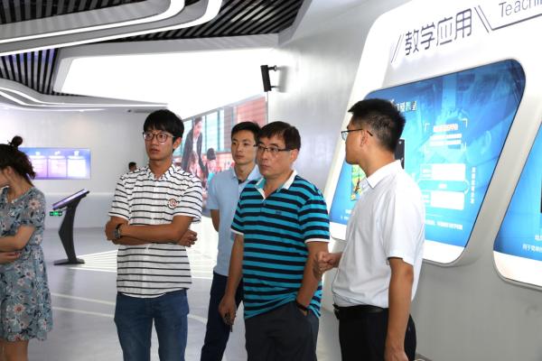 与会嘉宾参观网龙普天教育参与共建的福建幼儿师范高等专科学校VR/AR实训室