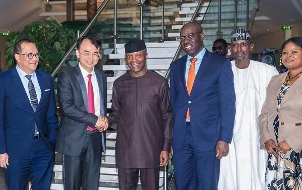 尼日利亚副总统耶米・奥辛巴乔与网龙创始人兼董事会主席刘德建亲切握手