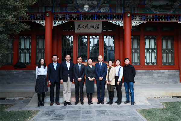 清华大学教育基金会秘书长袁桅(左五)与网龙首席执行官熊立(左四)一行合影