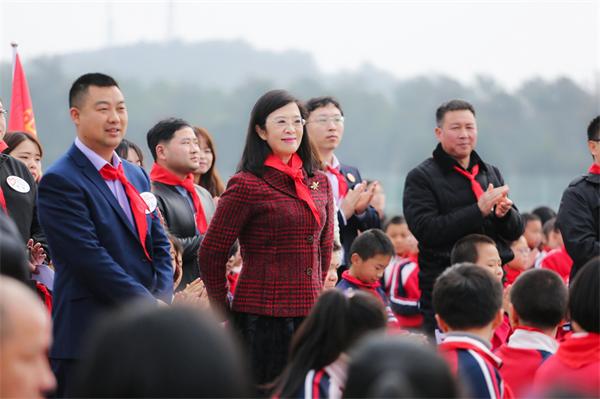 图为:中华志愿者协会副会长张小媛与各省、自治区、市文明办负责人共同参加了节目的录制