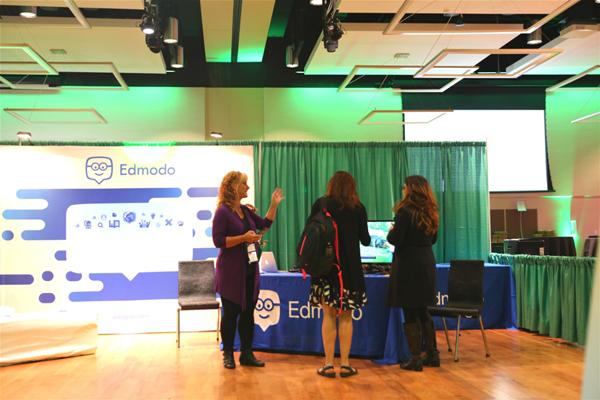 在展覽活動現場,Edmodo的展臺吸引了在校學生駐足觀看