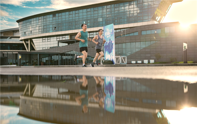 DJ(左)经常和同学一起运动,图为他和同学一起10公里跑