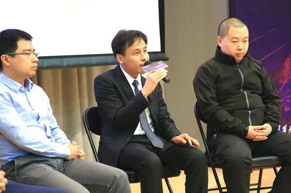 """图为:网龙网络公司首席执行官熊立(中)参与""""AI教育新风向""""圆桌环节发言"""
