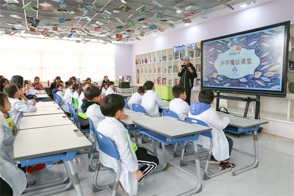 图为:网龙VR主程序员李臻围绕科学梦想主题向到访的学生、家长分享故事