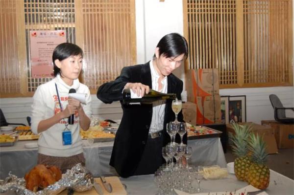 2006年感恩节,庆功宴同步举办,《魔域》主策划汪松倒香槟
