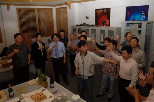 2006年,DJ(左三)和公司同学一起庆祝