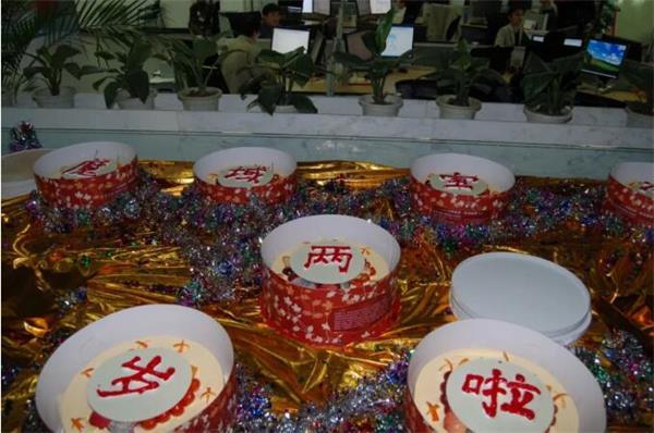 2008,《魔域》两周年,大丰收手机版登录同学们在851大楼内为它庆生