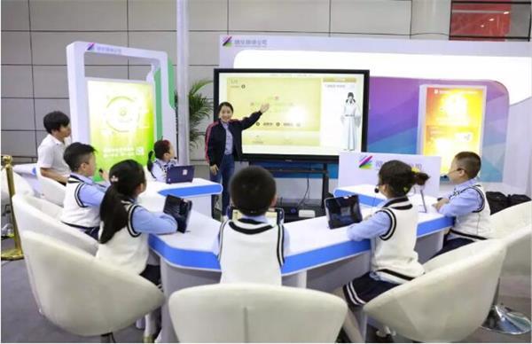 """首届数字中国建设峰会上,esball世博发布""""101教育PPT-AI助教"""""""