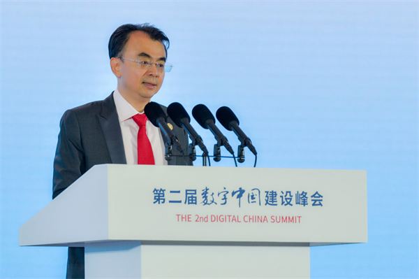 网龙网络公司创始人兼董事长刘德建在数字中国建设峰会主论坛中发言