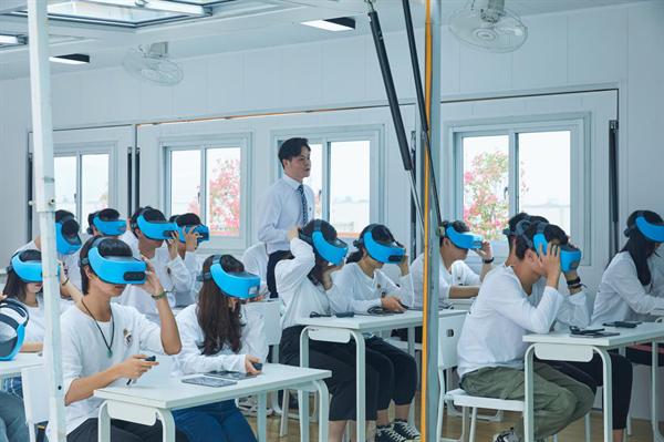 学生们头戴VR设备在Pop-up Classroom体验