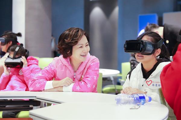 鞠萍姐姐带着小朋友在101VR沉浸教室内录制节目