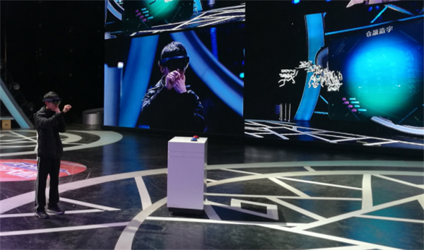 《最强大脑》节目中选手用网龙的MR技术挑战关卡