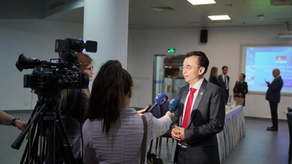 刘德建接受塞尔维亚国家媒体的联合采访