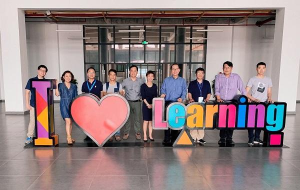 新加坡工艺教育学院(ITE)东区院长叶昭铭博士(右四)与学生发展署副署长陈淑玲女士(右五)参观网龙