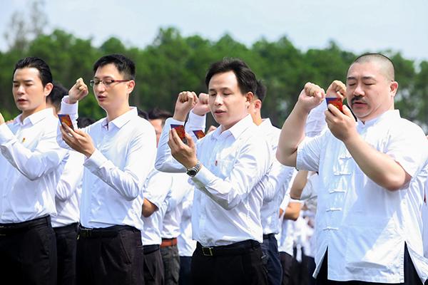 网龙首席实行官熊立博士(中)与企业多位高管共同庄严宣誓