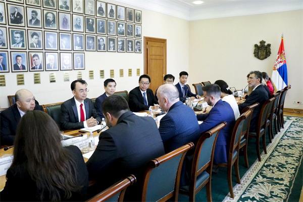 塞爾維亞負責科技和創新的不管部部長奈納德·波波維奇與劉德建一行舉行會談