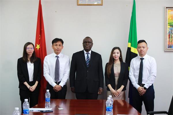 熊立一行与坦桑尼亚驻华大使姆贝尔瓦·凯鲁基合影留念
