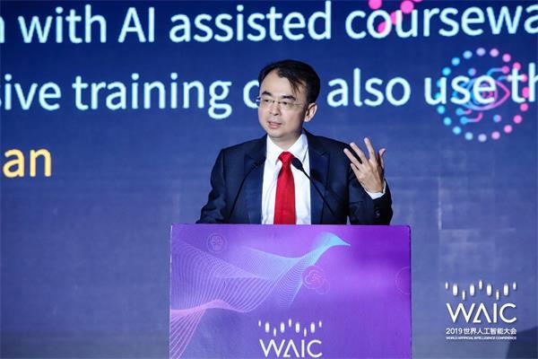 金洋娱乐董事长刘德建在论坛现场发表主旨演讲