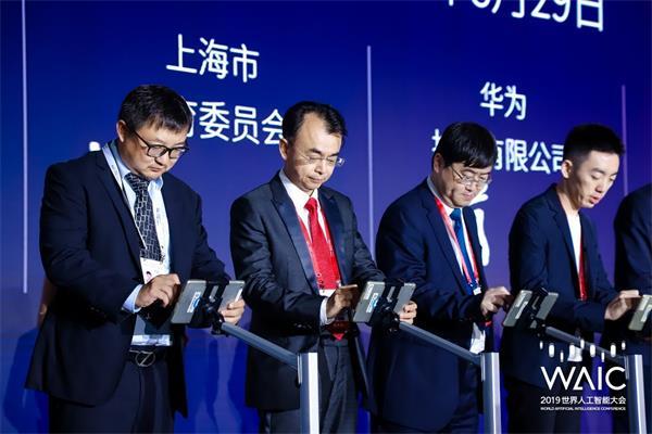 刘德建与华为、阿里云、科大讯飞等企业代表上台签约