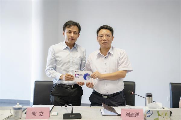 南昌市委副书记、市长刘建洋与网龙首席实行官熊立博士合影