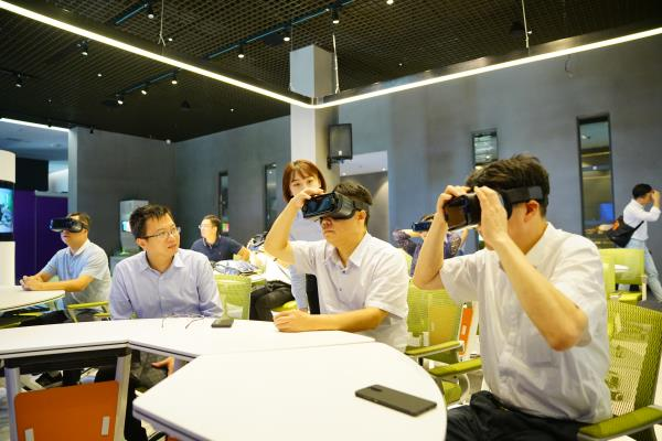 网龙副总裁陈长杰(左二)陪同南昌市政府领导一行体验VR沉浸设备