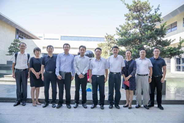 双方代表在中国(福建)VR体验中心前合影