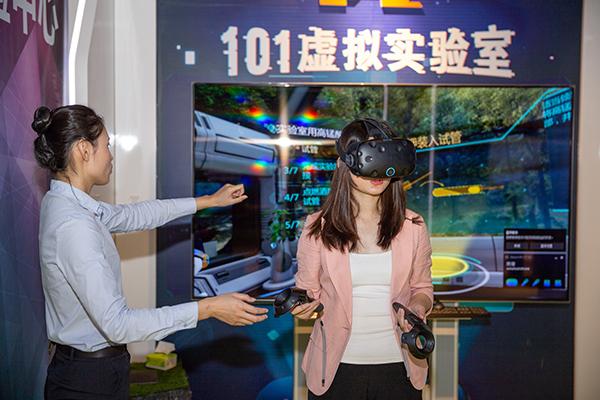 """""""VR龙头盼江西""""采访团成员体验101实验室"""