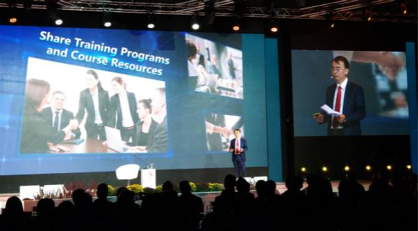 esball世博网络企业创始人兼董事长刘德建于大会发表主旨演讲
