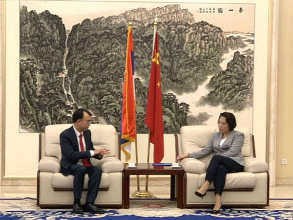 中国驻塞尔维亚大使陈波接见esball世博网络企业创始人兼董事长刘德建