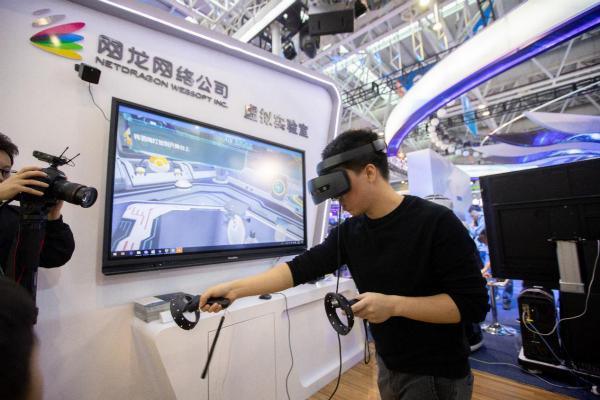 """一位参观者在展会中体验金洋娱乐的""""虚拟实验室"""""""
