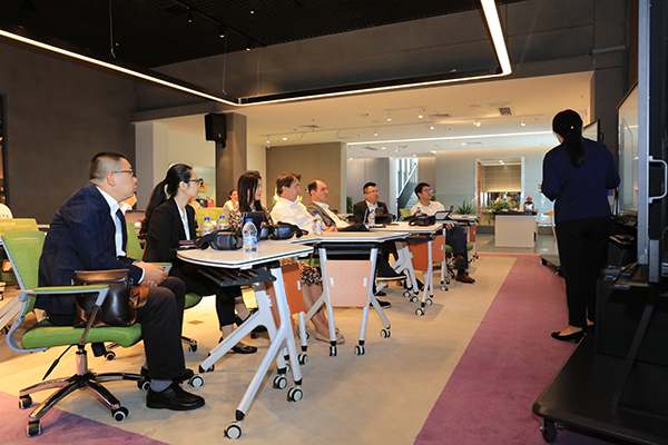 网龙向塞尔维亚代表团介绍101VR沉浸教室、普罗米休斯等产品使用