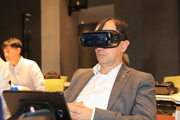塞尔维亚教育科技技术发展部部长办公室国务秘书Vladimir Popovic体验网龙VR教学内容