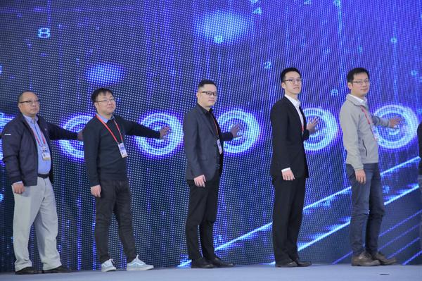 网龙高级副总裁陈翔(左三)出席大会开幕仪式