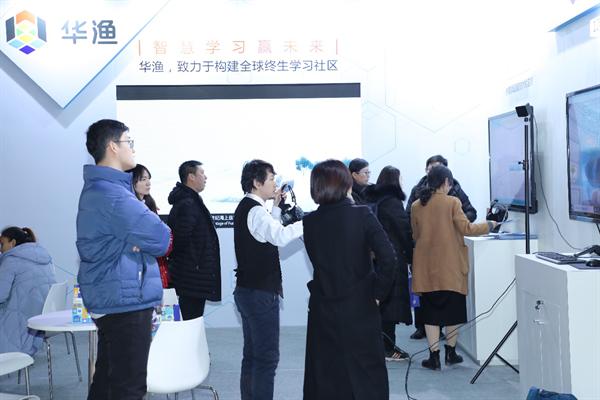 展區現場,網龍帶來了今年最新發布的101實驗室和101實驗加試等產品供參會人員互動體驗